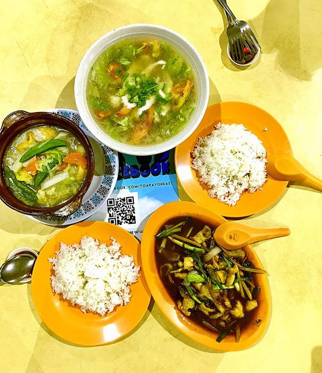 Claypot tofu, seafood soup, stir fry chicken with leeks and 2 plates for each of us.