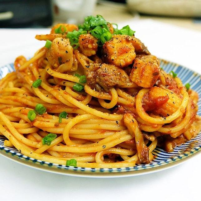 Spaghetti Neapolitan 🍝 The dish consists of spaghetti, tomato-based sauce, oyster mushrooms, baby corn, prawn dumplings with green onions as garnishing.