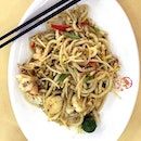 Stir fried udon with seafood & black pepper.