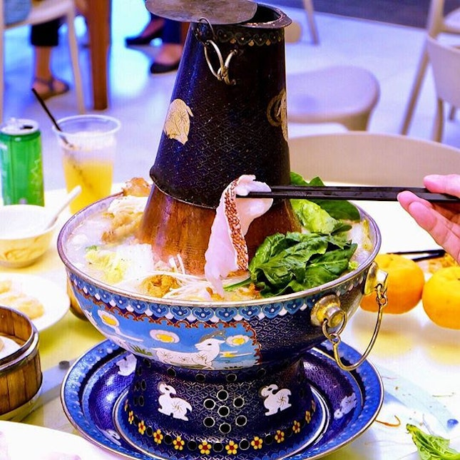 212 Teochew Cuisine Famous for their Teochew Cuisine, 212 Teochew Cuisine brings the traditional art of Jing Tai Lan to us in the form of a steamboat that was intricately decorated on the surface.