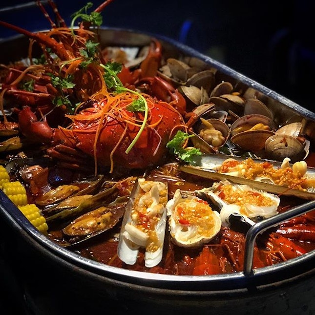 Climax Seafood Platter ($138.80 for 2-4 pax) with mala soup base 🤣 Comes with lobster, crab, green mussels, tiger prawns, bamboo clams, oysters, scallops, lala, baby crayfish and the usual MLXG ingredients like lotus, potato and so on 😏 Perfect for rainy night!