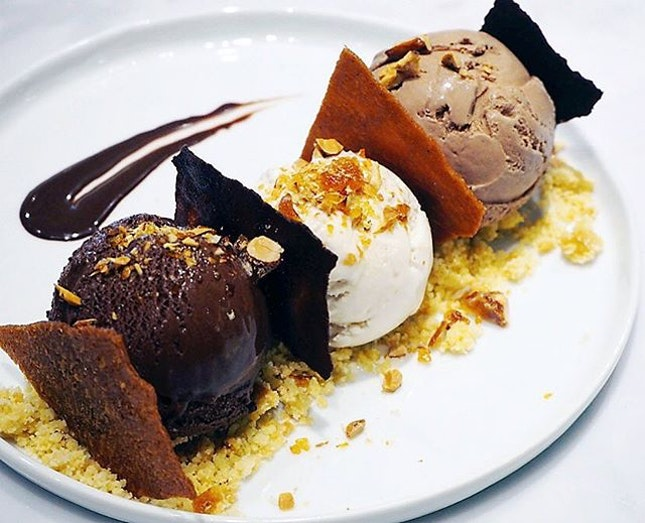 The killer weather like now..you probably need to camp indoors and enjoy this Ice Cream Soirée ($18) - served with three scoops of ice cream lying on almond crumble, then drizzled with dark chocolate sauce and house-made toppings such as caramelised almonds, chocolate tuile and vanilla tuile ☀️☠️
