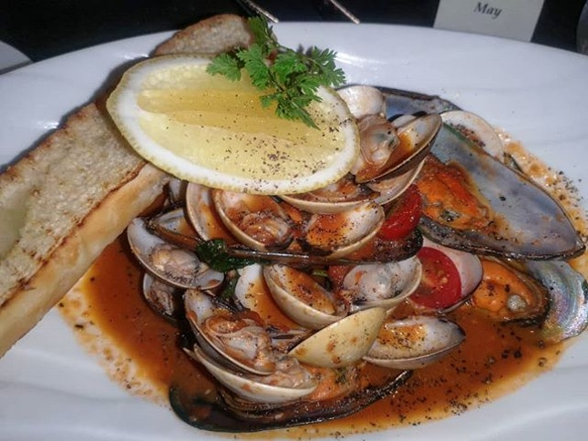 "Impepata di Cozze e Vongole"" Black Mussels and Clams in Spicy Tomato Soup with Toasted Garlic Bread  #burpple #amayzingEatsKL"