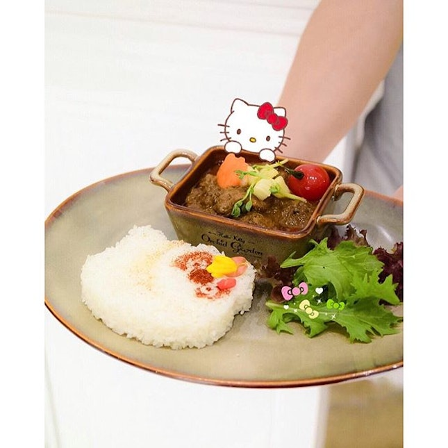 [Hello Kitty, Character Cafe] The dish that garnered the most thumbs up yesterday at the newly opened @hellokittycafesingapore  Wagyu beef rendang, mesclun greens and Japanese rice molded into cute hello kitty shape albeit missing facial features.