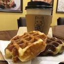 台灣對於口感上的層次有著巨大的講究。就像這兩個可愛的格子Q。外頭是香香脆脆的waffle,裡面則是QQ的黑糖麻糬或綠茶麻糬。超讚的!😋😋😋 配上烏龍茶,絕配!