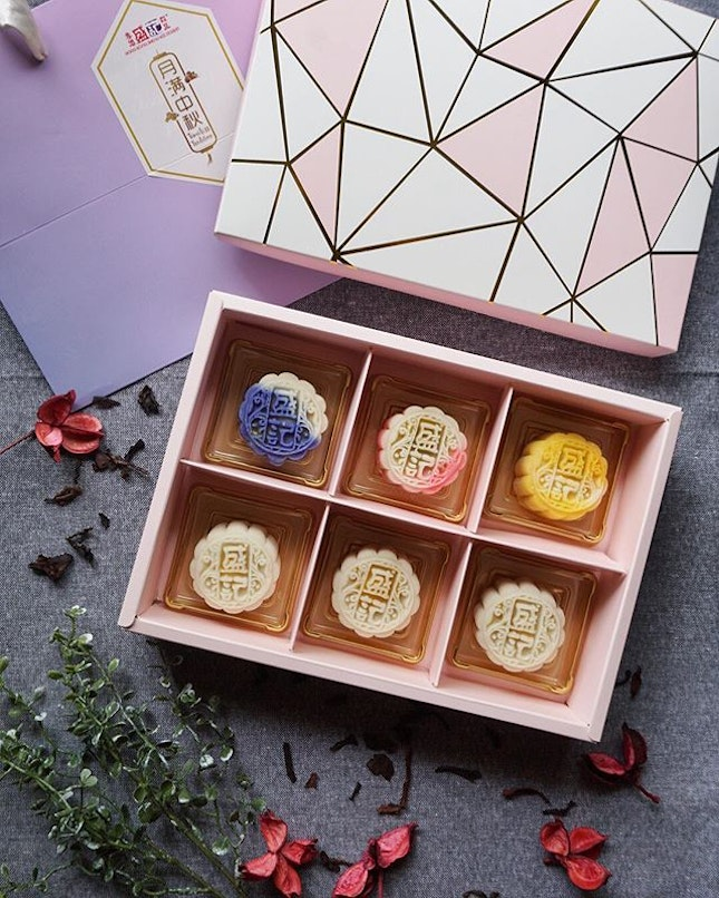 Mid-autumn came early with these timeless tradition from @hongkongshengkeedessert!