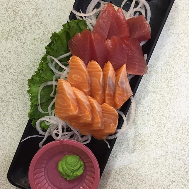 Best thing about staying next to the sea ; fresh and cheap sashimi 🐟