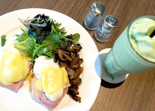 Eggs Benedict + Creamy Avocado Smoothie
