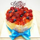 Strawberry Soufflé 苺スフレ🍓A light baked cheesecake that is generously topped with fresh strawberry halves and blueberries. A perfect cake for a special someone's birthday celebration.