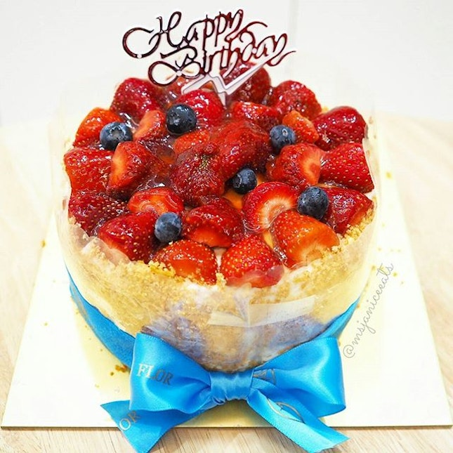 Strawberry Soufflé 苺スフレ 🍓 A light baked cheesecake that is generously topped with fresh strawberry halves and blueberries. A perfect cake for a special someone's birthday celebration.