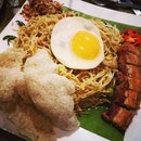 Pre-celebration Mother's Day with Balinese Cruisine * * * Indonesian Style Mee Goreng (RM23) ~Stir fried mee goreng with mixed vegetables, onions, chilies, sliced pork belly and Balinese black sauce accompanied with succulent roast pork  #balinesefoodie #burpple #burpplekl #indonesiancruisine #porklovers🐷 #sunnysideup #roastpork
