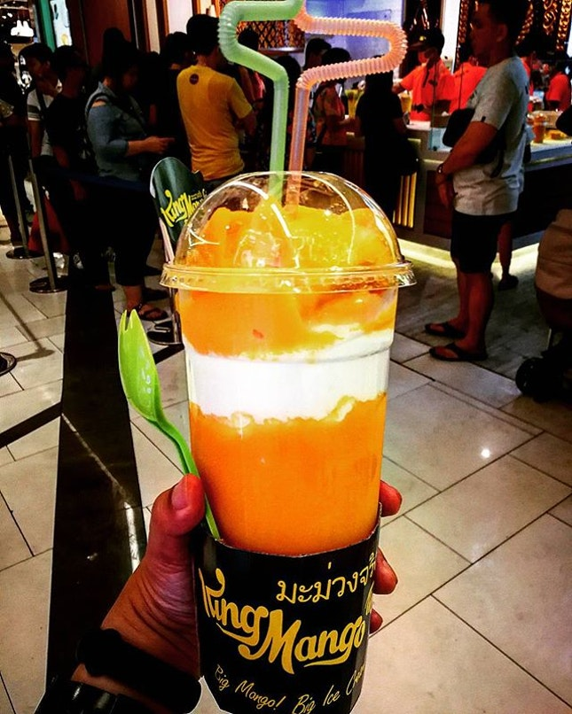 How can u not get fascinated by this big mango smoothies...