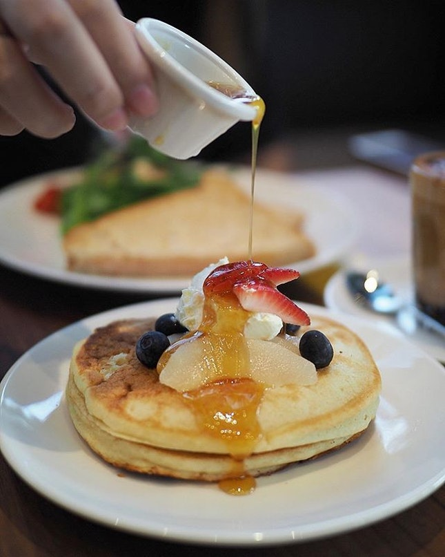 Start off the Saturday morning with their Gluten-free Pancakes with Poached Pear, Mixed Berries, Honey, Cream Cheese and Maple Butter Sauce at @kithsingapore latest outlet at West Coast.