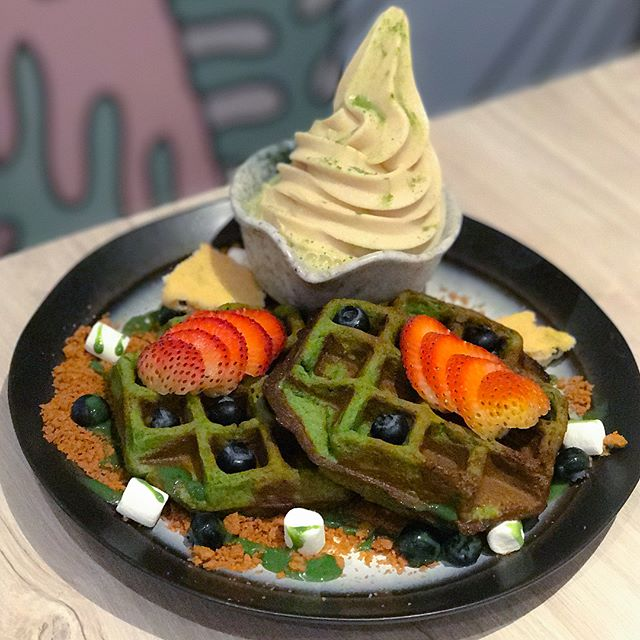 Matcha berry mochi waffles [$13.50+] Matcha flavoured mochi waffles, served with strawberries, blueberries, homemade cacao nibs, mini marshmallows, speculoos crumb, matcha sauce and a softserve flavour of your choice.