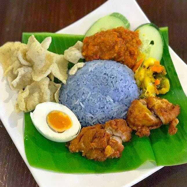 Turmeric fried chicken Nasi Kerabu [$7.90+] Also available in beef rendang flavour, the Nasi Kerabu comprising of blue rice (naturally tinted by butterfly pea flower) is available only till 23rd October!