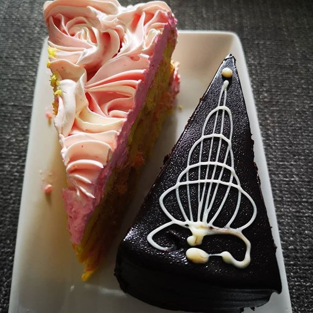 #cakes #strawberrybuttercream #uglychocolate #sgfood #sgeat #hungrygowhere #instag #instagfood #foodpic #burpple #whati8tdy #sgcafe