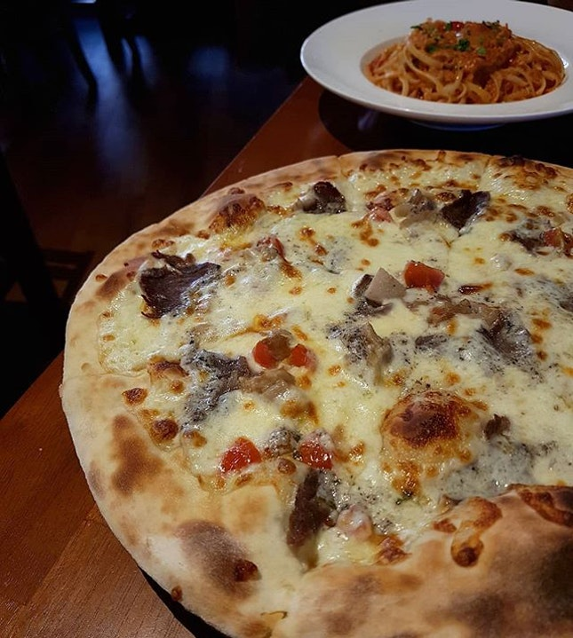 The [Truffle Beef Pizza] here is one of the more expensive pizza on the menu - but it is worth every single penny, and is as good as it smells.
