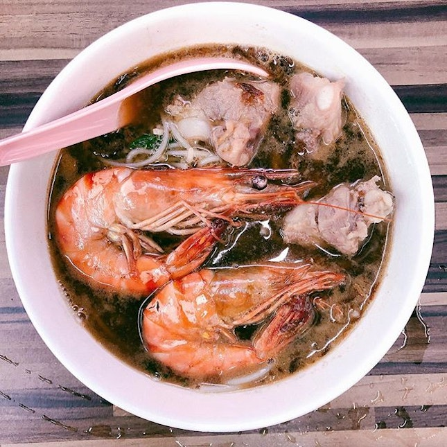 Old house dinosaur prawn noodle ($15) • its located along the shophouses at Neil Road - probably hidden behind some construction now.