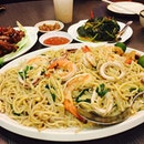 When i was just craving for this, the biggest plate of hokkien mee was presented right infront of me!