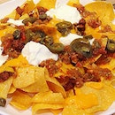 Nachos 😋: lots of tortilla chips, chili con corne, cheese, jalapeños n sour cream ALL DUNKED