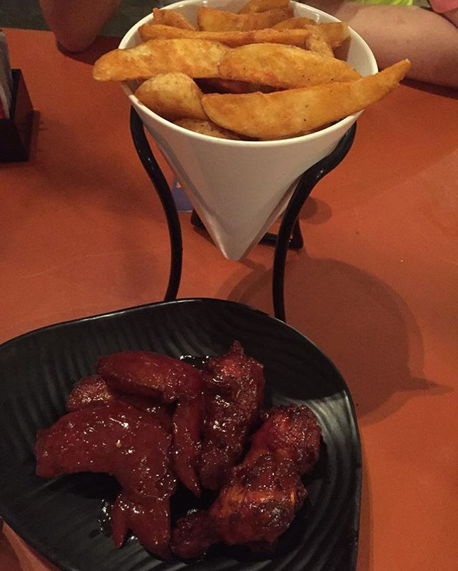 Potato Wedges ($7) 🍻 Buffalo Wings coated with homemade spicy devil sauce ($13.90) 🔥 These top choices finger food indeed heightened our nite.