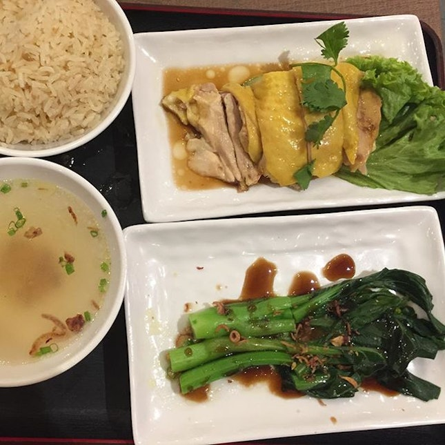 Chicken Rice Set ($9.90) 🐔 This was the only saving grace of our dinner 🙏🏻Rice was not oily but fragrant, chicken was tender, vege was tasty & the chilli was good 👍🏻 🐔  #burpple