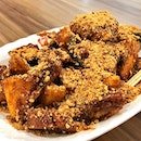 Apa Rojak ($4) at Marina Square Cookhouse 🥒 In addition to those usual players in Rojak, you'll find traces of roseapple, guava, papaya in this 'Chinese salad' 😋 Love the refreshing taste from tiny slices of lime & torch ginger flower 😘 Check out that generous sprinkle of fresh peanuts!