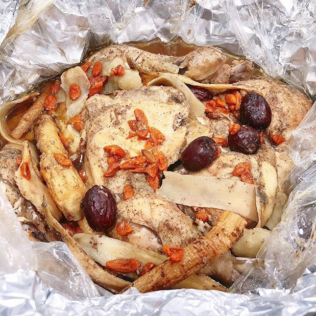 my mum prepared this delicious paper wrapped herbal chicken 😍🤤