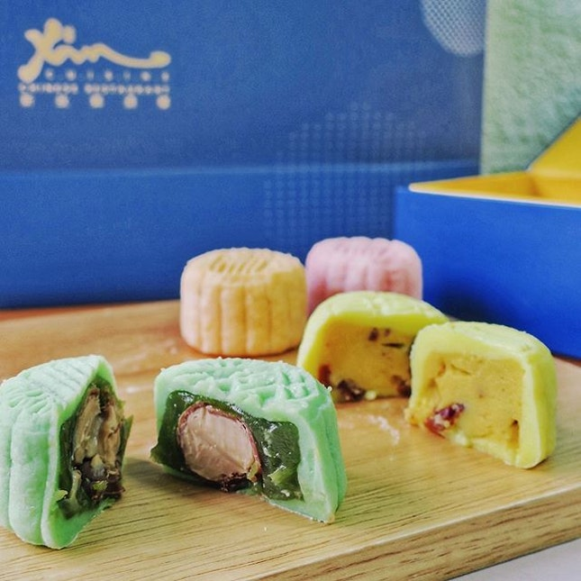 As it is the time of the year once again for mooncakes to take the stage, Xin Cuisine's Mid-Autumn traditional and snow skin collection are already available for pre orders.