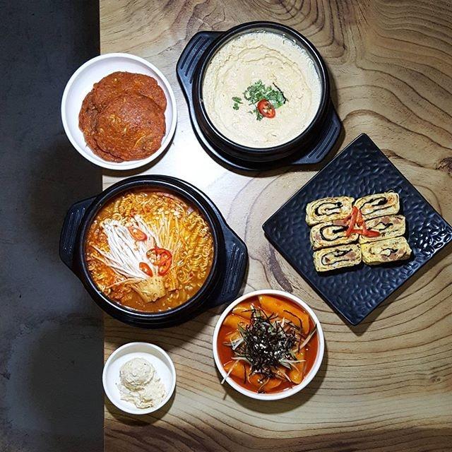 ❤❤❤❤❤❤❤ * Yummy Korean food with @blancheeze @cliffton_jt at our neighbour @thebonelesskitchen * Satisfied 😋😋😋 * #thebonelesskitchen #starvingfoodseeker #burpple #hungrysquad #foodstarz #videomasak #phaat #foodbossindia #losangeleseats #eatingnyc #damien_tc #singaporeinsiders #thisisinsiderfood #jktfoodbang #exploreflavours #asiafoodporn #feedthepanda #foodie #dailyfoodfeed #thisisinsider #thisisinsiderfood