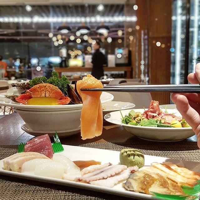 Salmon lifting * #amarasingapore #starvingfoodseeker #burpple #hungrysquad #foodstarz #videomasak #phaat #foodbossindia #losangeleseats #eatingnyc #damien_tc #singaporeinsiders #thisisinsiderfood #jktfoodbang #exploreflavours #asiafoodporn #feedthepanda #foodie #dailyfoodfeed #thisisinsider #thisisinsiderfood