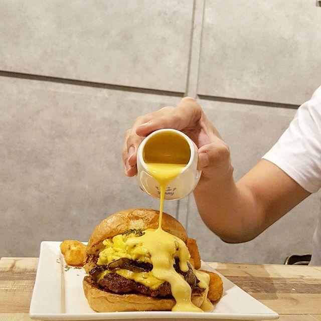 Burger 🍔 * Thanks @commonchefscafe for hosting * #commonchefscafe #starvingfoodseeker #invitedtasting  #burpple #hungrysquad #foodstarz #videomasak #phaat #foodbossindia #losangeleseats #eatingnyc #damien_tc #singaporeinsiders #thisisinsiderfood #jktfoodbang #exploreflavours #asiafoodporn #feedthepanda #foodie #dailyfoodfeed #thisisinsider #thisisinsiderfood