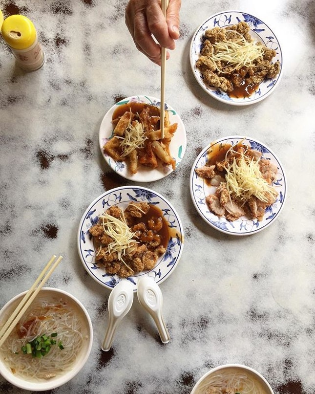 Traditional breakfast at Taipei Sailfish Vermicelli soup with deep fried pork, oysters and squid a light and satisfying meal to start the day  Personal rating: 3.5/5  Shop: 民樂旗鱼米粉湯 (Minle Sailfish Vermicelli) Address: No.