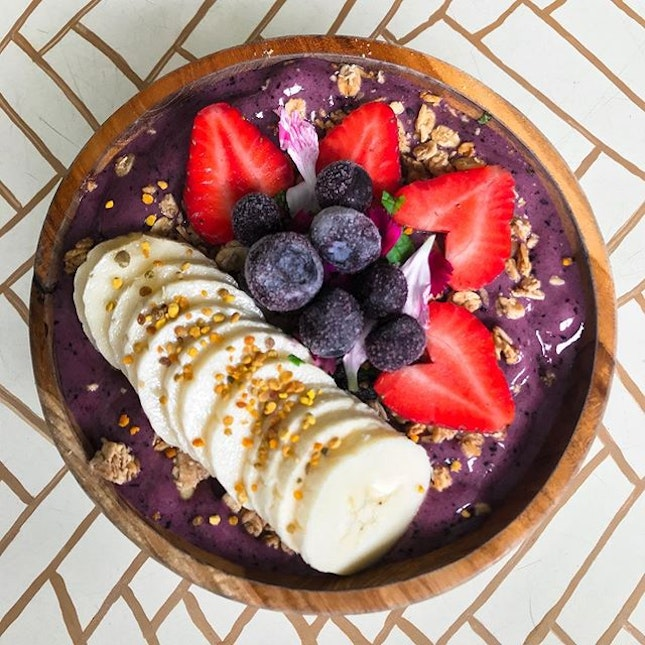 Sea Circus Cafe @seacircus - Breakfast - Açai Bowl (💵95,000 Rupiah/S$9.50) Frozen Açai berries blended with banana, blueberries, mango & coconut water topped with cinnamon & raisin granola, berries and bee pollen.