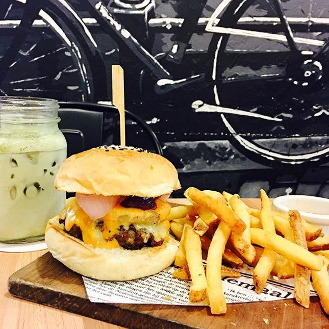 Charcoal-grilled Juicy Beef Burger [$14.90] 🍔 & Iced Matcha Latte 🍵 Everytime I walk pass this café, I am intrigued why there's always a lot of people.