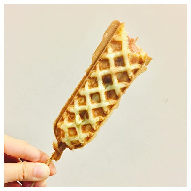 Hotdog Waffle [$1.90] 🌭 Warm, soft yet has enough crispy lining, has tad of sweetness and with just right savoury flavour from the juicy Chicken Hotdog.