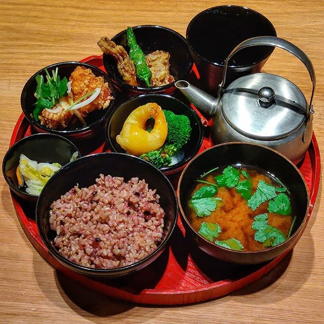 Pick 3 Sides Healthy Set Lunch 🍽️ : : #japan #日本 #osaka #大阪 #travel #traveller #travelphotography #mobilephotography #holiday #holidays #tourist #wanderlust #food #foodie #foodies #burpple #foodporn #instafood #gourmet #foodstagram #yummy #yum #foodphotography #brownrice #spicy #chicken #prawns #mushrooms #tea #lunch