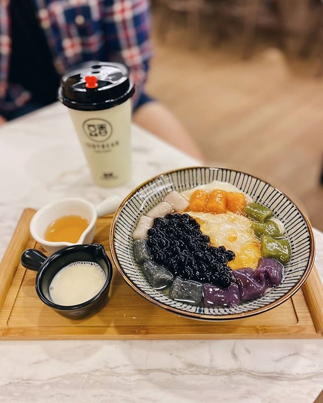 """Thought I do a quick throwback since I'm currently in line to grocery shop and thinking of TFF 🤤 •  A simple soy based dessert our parents grew up having and even before, that has now taken a modern twist - taro balls, butterfly pea tau fu fah, pearls, shaved ice to mention a few •  Some toppings may be overly exaggerated but it's a """"no-loss bonus"""" if the tau fu fah is silky, thick and rich in flavor like this one here at Soybean Factory !"""