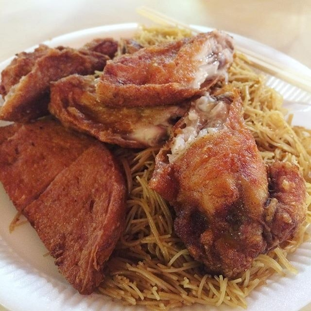 These juicy and freshly fried chicken wings from this nondescript  looking stall (Fried Bee Hoon 炎 #01-09) are soooo good!