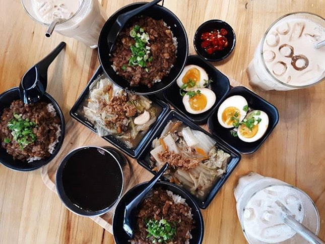 CRAVING SATISFIED ✔ Can't believe that I finally popped by to enjoy their food after they relocated from Seah Im🙈 還記得吃了一口魯肉飯,我的第一句話是:就是這個味道啊!😍 之前好幾次撲空,終於吃到啦😋 好幸福💓 #幸福可以很簡單 #魯肉飯 #黑糖珍珠鮮奶