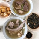 •Bak Kut Teh• 🥓🍖🍲🥣🥗😋👍🏻 Huge in size pork ribs that has interesting textures, from the firmer meat to the fatty side, good proportion of fats to lean meat.