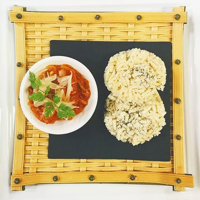 Crispy Rice Cakes with Singapore-style Chilli Sauce 星洲辣椒野菌配锅巴 🌶️ #LingZhiVegetarian #vegetariansg #vegetariansociety #burpple #burpplesg #sgfood #sgfoodie #其实这个我能啃一打 🙂 individual portion 只给两片太残忍了