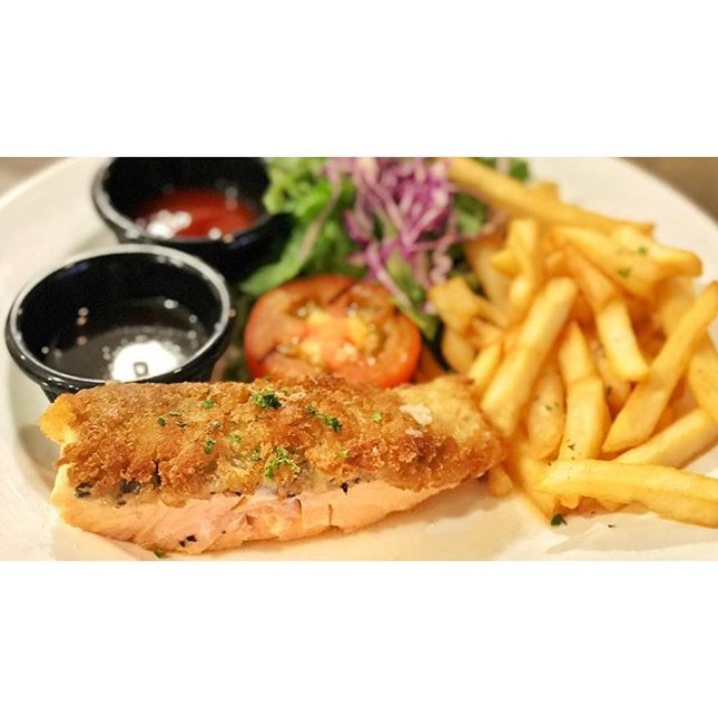 |🍱 Pan-Fried Salmon paired with Awesome Fries。...