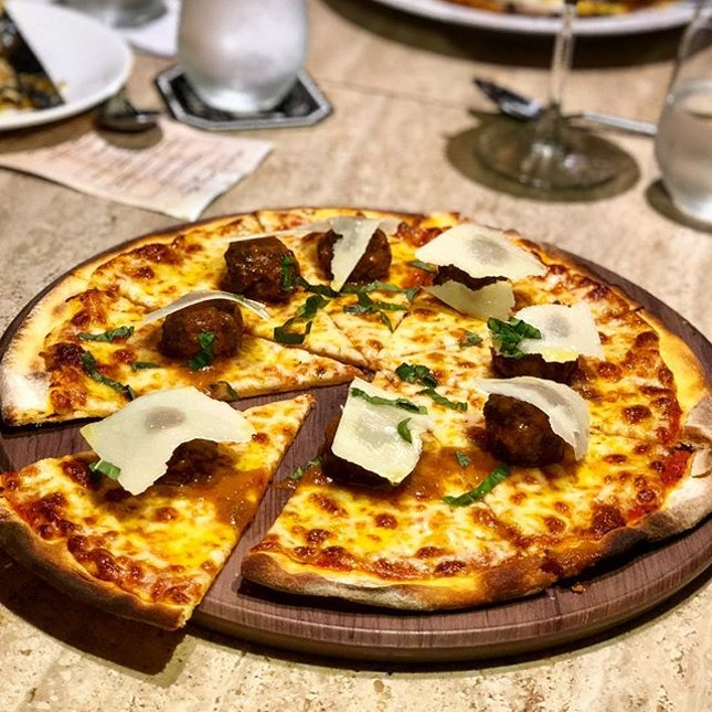 Villaggio di Bergamo Pizza 🔻  Another hightlight from district 10 is this pizza which  essentially consist of mozzarella, basil and extra virgin olive oil along with its special star- the Wagyu Meat Ball!