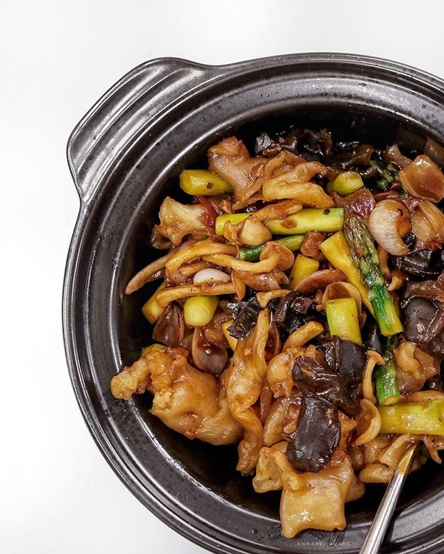 Stir Fried Asparagus, Fresh Nagaimo, Wild Fungus in Claypot (S$16).