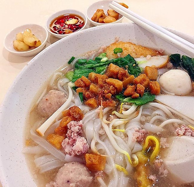 A rainy Friday afternoon, joined the queue at the famous Teo Chew Bak Cho Mee stall at Bras Basah.