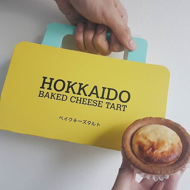 🇸🇬 We had an Original Hokkaido Baked Cheese Tart and a Chocolate Hokkaido Baked Cheese Tart (not in picture) at $2.90 each.