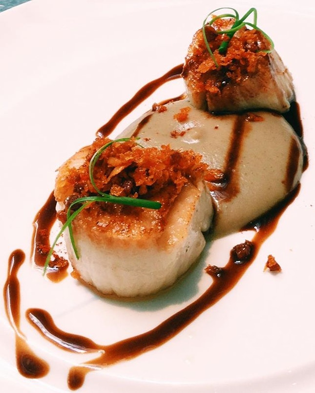 Georges Bank scallop with Jerusalem artichoke, burnt onion and chorizo crumbs.