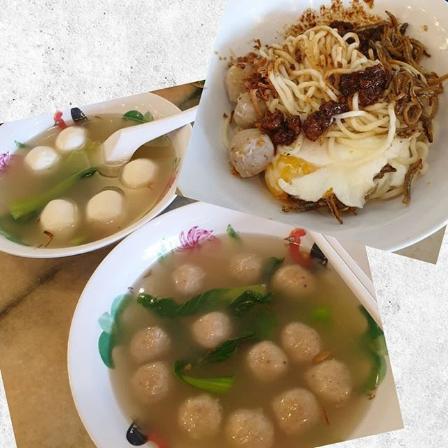 Signature Chilli Ban Mee x Fishball s0up x  Meatball s0up Fishball wasn't é best but è n00dles were n0t bad acc0rding t0 LY (she had 'em 2x in a week) & é meatballs were 👍👍 • • • • • • • • • • #kltraditionalchillibanmee #sgfood #sgfoodie #sgfoodies #sgeats #sgeatout #sgig #igsg #foodporn #foodspotting #foodinsing #foodie #jiaklocal #burpple #tslmakan #swweats #hungrygowhere #weeloysg #yoloeat #tb