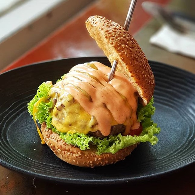 Tried out the Amsterdam #burger resto serving up #Singapore's most expensive burger at $250 (proceeds to charity, third pic for the golden bun) the other day.